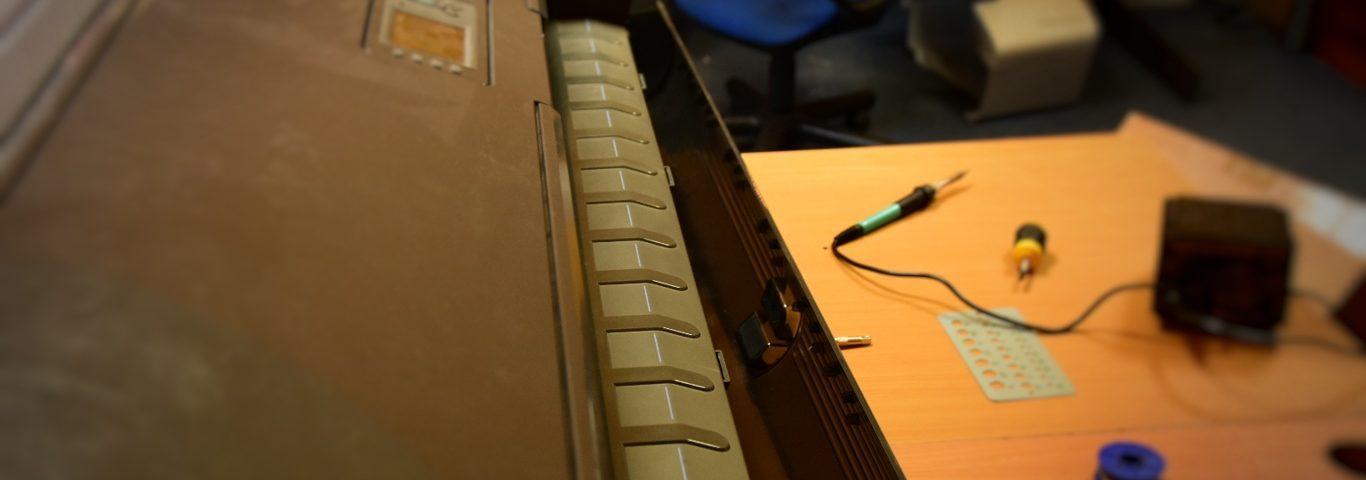 Ploter w serwisie ploterów obraz dzięki © Zdjęcie za zgodą Akte.com.pl i autora @PhotoSchroedingerCat https://akte.com.pl/naprawa-ploterow-hp/